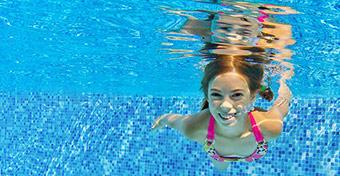 Hány évesen tanulhat meg úszni a gyerek?