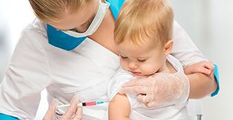 Kitöltötte az oltási könyvet, majd kukába dobta a vakcinát