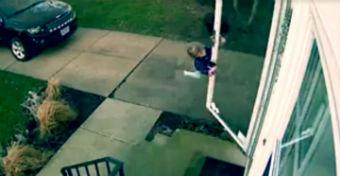 Döbbenetes videó: felkapja a szél a négyéves kislányt