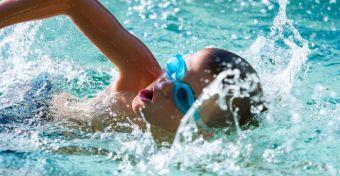 Úszóversenyzőt faragok a gyerekemből!