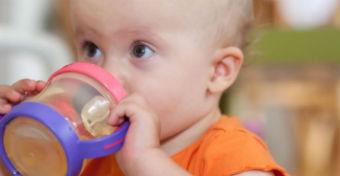 Baj, ha t�bbnapos az innival� a gyerek itat�pohar�ban?
