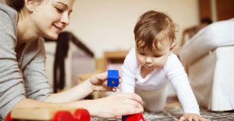 A 9-12 hónapos baba fejlődése - Gyakorlatok, amivel segítheted