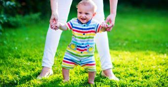Ó-láb és iksz-láb a gyerekeknél: tünetek, okok és kezelés