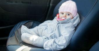 Balesetveszélyes lehet a kocsiban a télikabát a gyereken