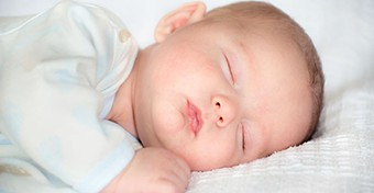 Hogyan alszik, miért nem alszik a baba?