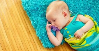 6 tipp, hogy bab�d j�l aludjon a h�s�gben