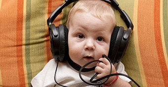A zene jav�thatja a csecsem�k nyelvi k�szs�geit