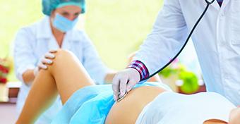"""""""Okosbábun"""" gyakorolhatják a szülés levezetését a Semmelweis Egyetem hallgatói"""