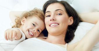 Hároméves korig az anyja ágyában a helye?