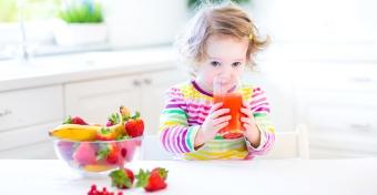 A gyümölcslé és a müzli miatt esznek túl sok cukrot a kicsik