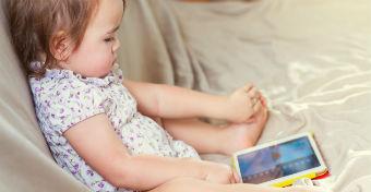 A tabletező kisgyerekek később kezdenek beszélni