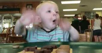 Videó: hogy lehet ennyire izgatott egy baba az ételektől?
