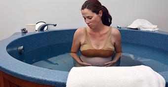 A vízben szülés többet árthat, mint használ