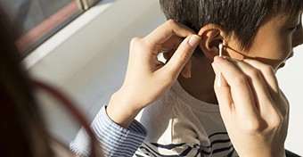 A nem megfelelő fültisztítás fülgyulladást is okozhat