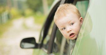 Gyerekkel a kocsiban sem vezetnek el�g figyelmesen a sz�l�k