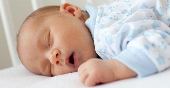 Az sem j�, ha t�l sokat alszik a baba