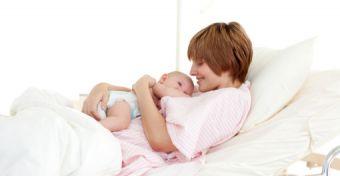A mellkasomon alszik a kisbabám - ez baj?