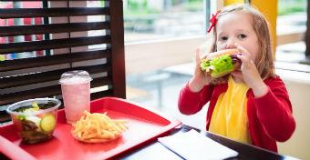 Túl sok a kalória a gyorséttermi gyerekmenükben