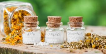Mi a különbség a homeopátiás és a gyógynövényes szerek között?