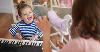 Így játszik a hároméves
