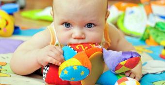 7 jel, hogy fogzik a babád