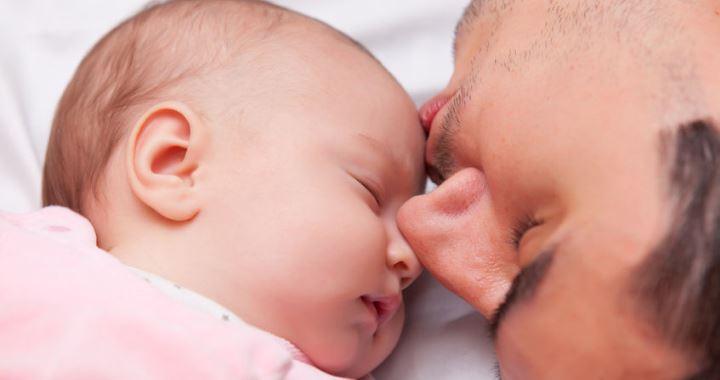Az oxitocin segíti a baba és az apa kötődését