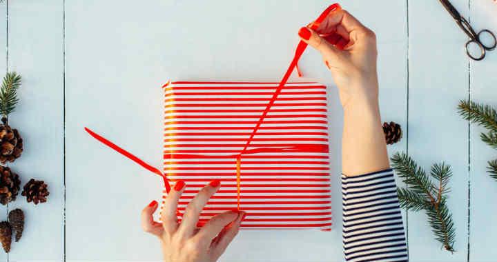 Így tudod 15 másodperc alatt becsomagolni az ajándékot!