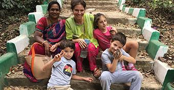Fél év Indiában egyedül három gyerekkel és az autizmussal