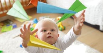 Mikor kezd el a baba a játékok után nyúlni?