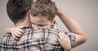 Apaként így segíthetsz a fiadnak az érzelmei kifejezésében