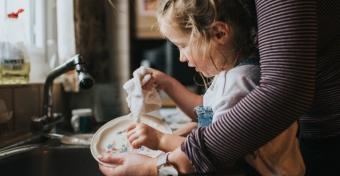 Házimunkák, amik hasznos dolgokra taníthatnak - Tippek életkor szerint