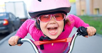 Biztonságos biciklizés: ezek a kötelező kellékek a gyermekkerékpáron