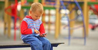 Púposságot okozhat az okostelefon-függés