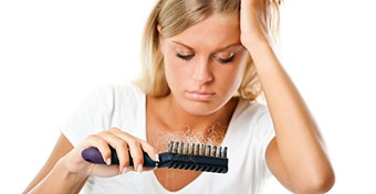 Ezért hullik a nők haja szülés után