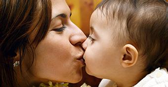 Ezért ne puszild szájon a gyerekedet!