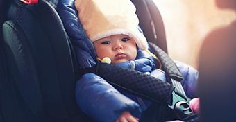 Videón, mennyire veszélyes, ha kabátban ül a gyerek a kocsiban