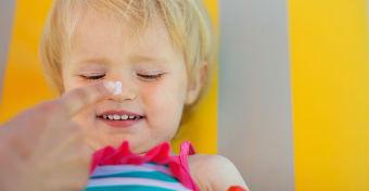 Trükkök, hogy könnyebb legyen bekenni az izgő-mozgó gyereket naptejjel