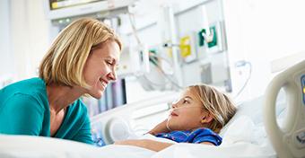 Nem kell fizetni a gyerek miatt kórházban tartózkodó szülőnek