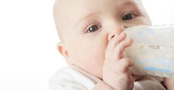 A nagyméretű cumisüvegek is felelősek lehetnek a csecsemőkori súlyproblémákért?