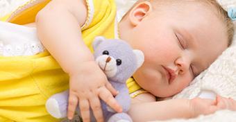 Mikor alussza végre át az éjszakát a csecsemőnk?