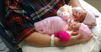 Egy horgolt polip teljesen megváltoztatta a koraszülött ikerpár életét