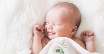 Miért mosolyognak a babák álmukban?
