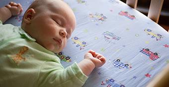 Hogy ösztönözheted a babát, hogy a hátán aludjon?