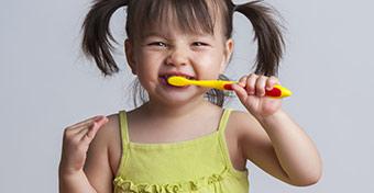 Elszürkült a gyerek foga - Okok és teendők