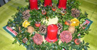 Adventi koszorú termésekkel, szárított mandarinnal