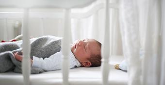 Ez a legbiztonságosabb alvási pozíció a baba számára