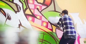 Önbizalom növelő feliratokat festettek a tanárok a középiskola mosdójában