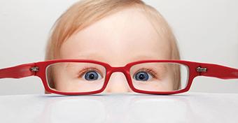Megható: egy baba reakciója az első szemüvegviselésre