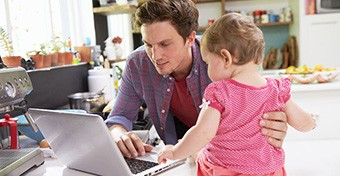 Tönkreteszi a családi életet az e-mailezés