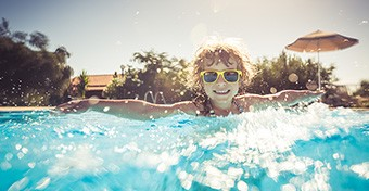 Vészhelyzet a medencében: így mentheted meg a gyereket!